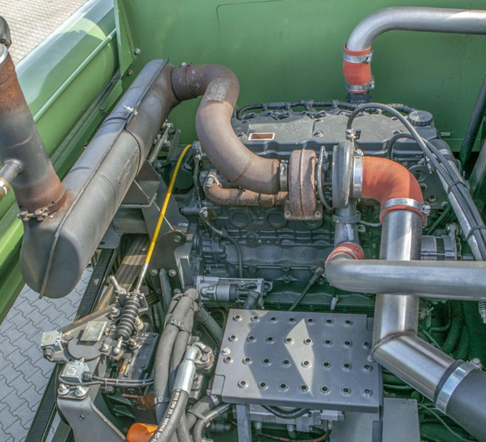 Zdjęcie przedstawiające silnik w używanym kombajnie FENDT 5220 E od korbanek.pl.