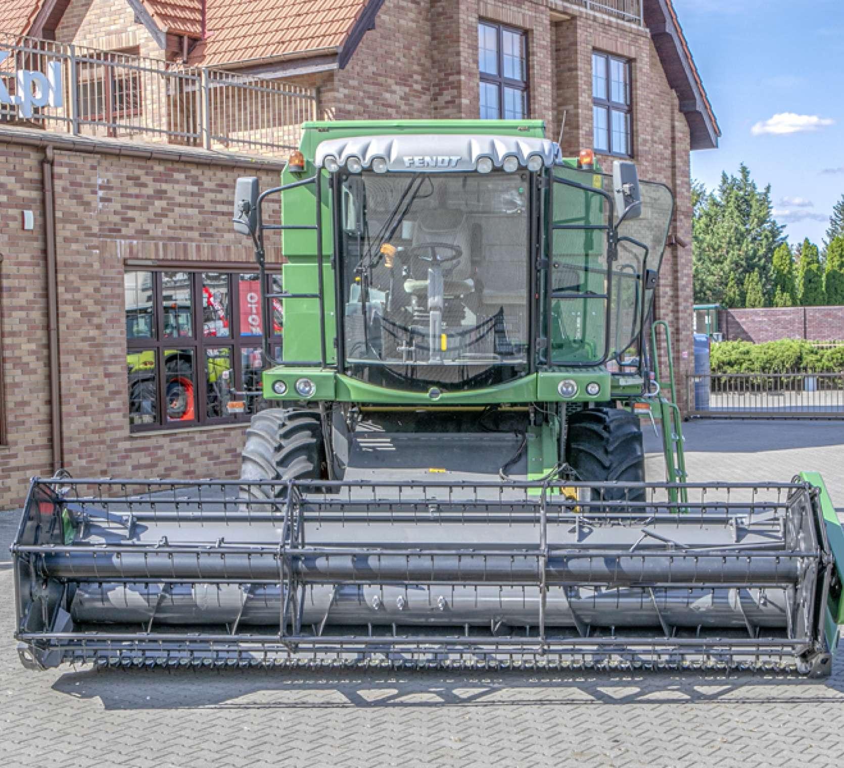 Widok na heder w używanym kombajnie FENDT 5220 E na tle sklepu korbanek.pl.