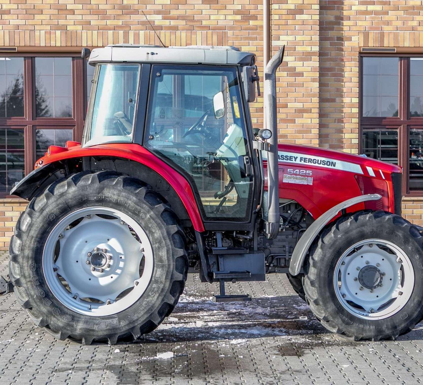 zdjęcie prawej strony czerwony traktor Massey Ferguson 5425 z oferty korbanek.pl