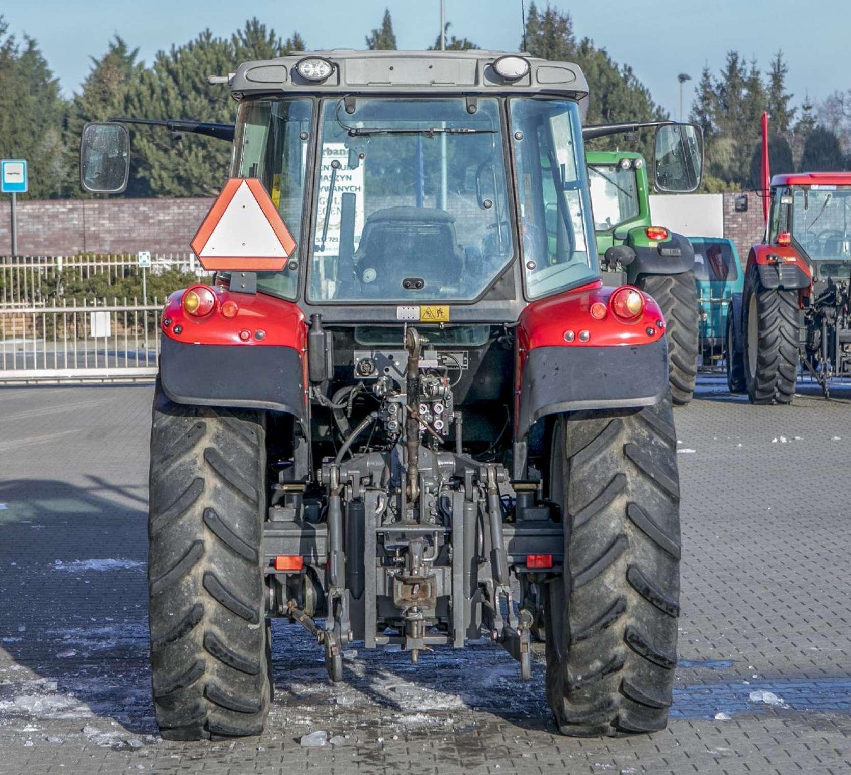 oświetlenie robocze tylne tylny tuz szyba tylna traktor Massey Ferguson model 5425