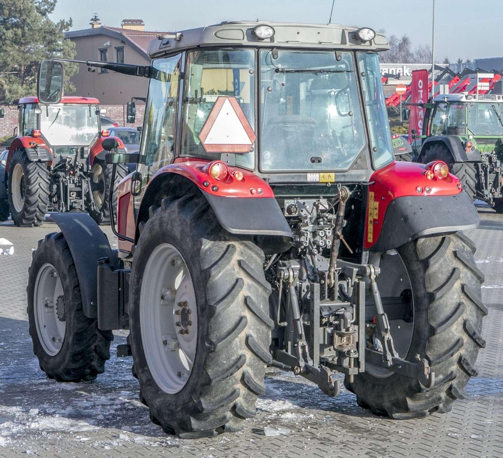 Cała sylwetka maszyny od tyłu i ukosem czerwony traktor okazja od korbanek.pl Massey Ferguson 5425