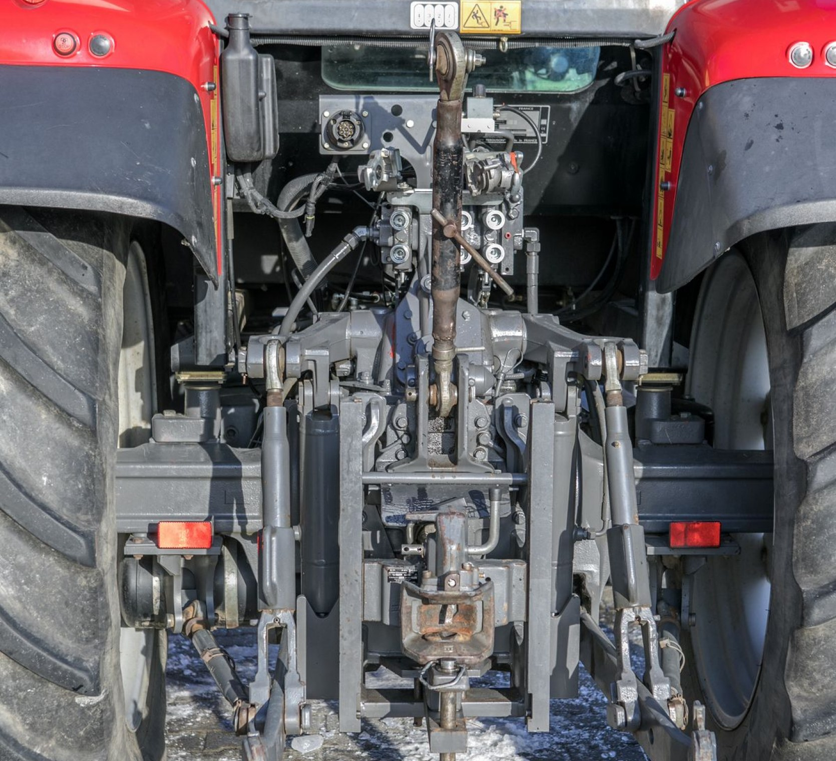 Tylny TUZ o udźwigu 5000 kg w ciągniku Massey Ferguson 5425