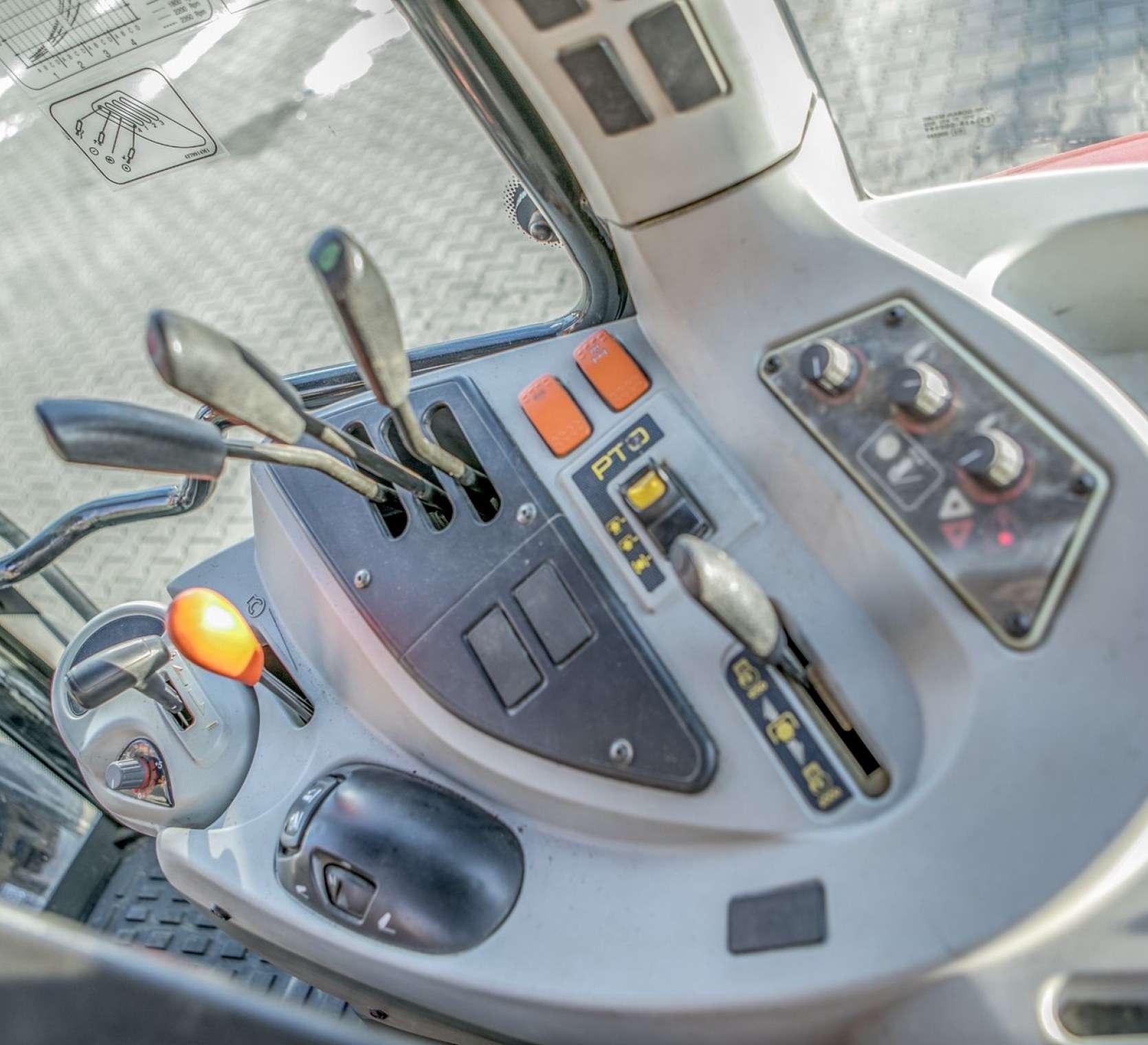 dźwignie sterujące ciągnikiem rolniczym MF 5425 z oferty korbanek.pl