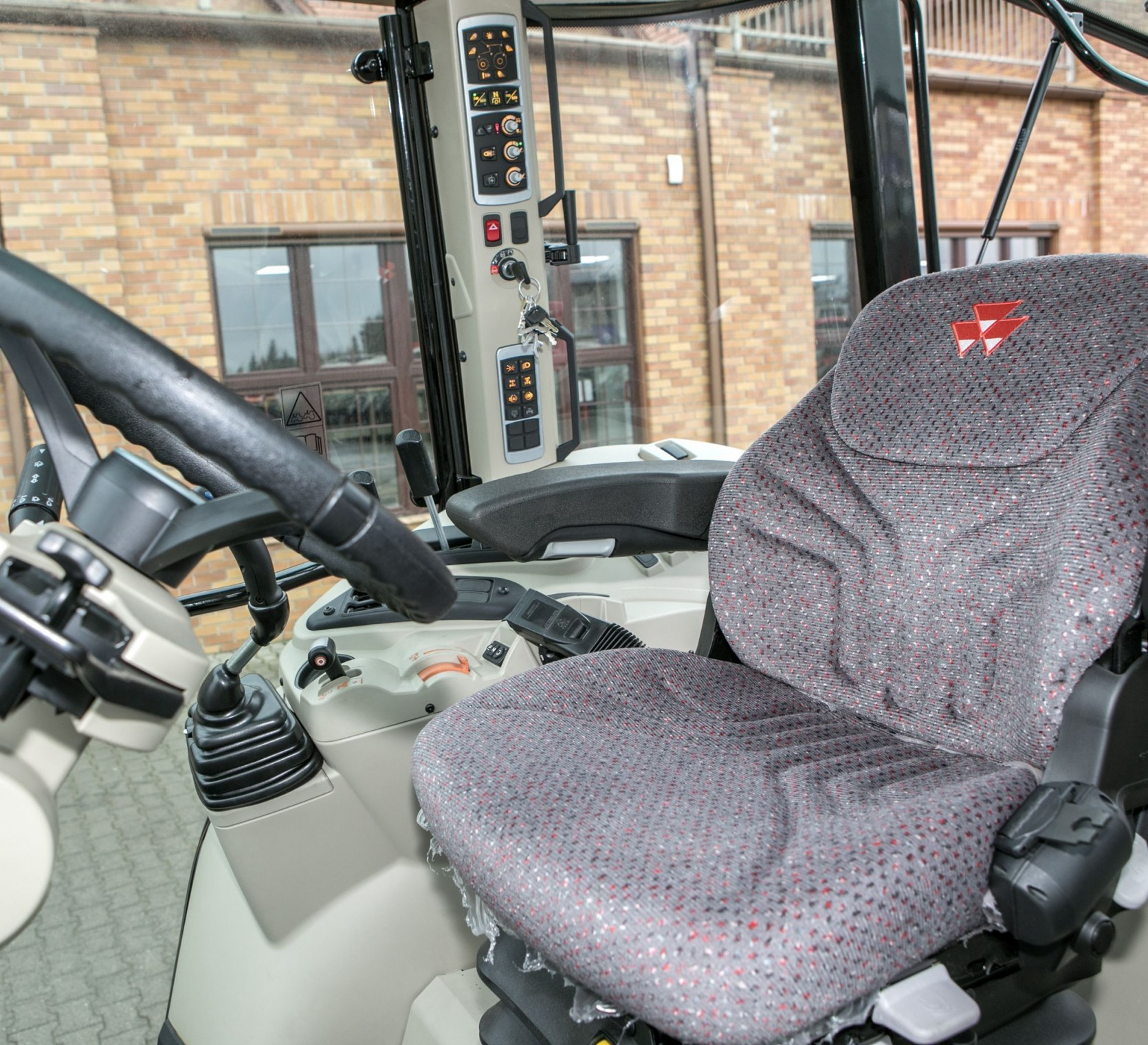 korbanek.pl promocja Massey Ferguson 5611 klimatyzowana i ogrzewana kabina wygodny fotel i regulowana kierownica