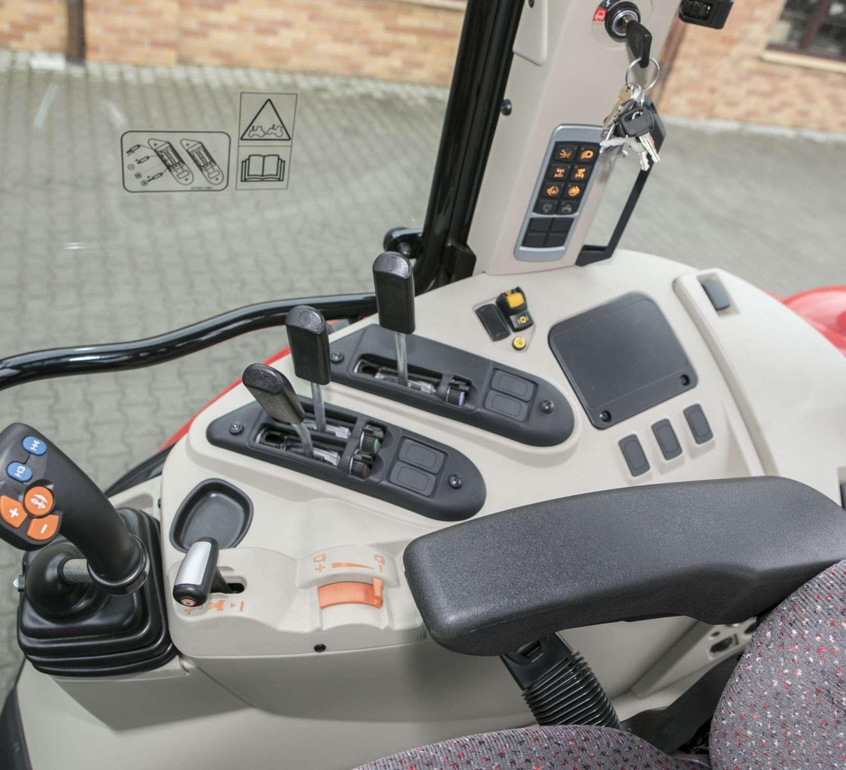 JOYSTICK WIELOFUNKCYJNY element wyposażenia standardowego w ciągniku Massey Ferguson 5611 w ofercie korbanek.pl