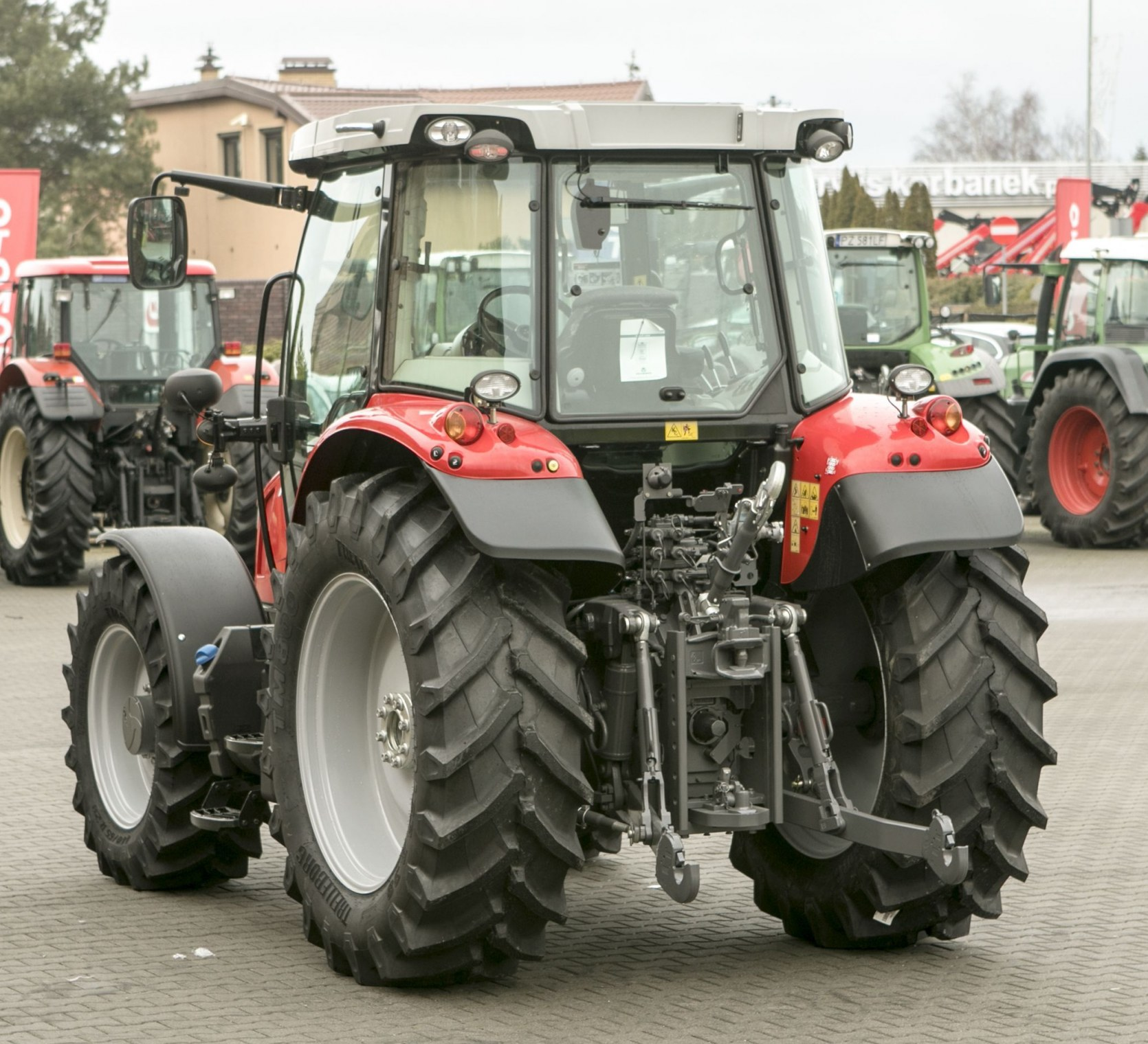 Widok z tyłu na podnośnik koła tylne oraz oświetlenie w traktorze Massey Ferguson 5611