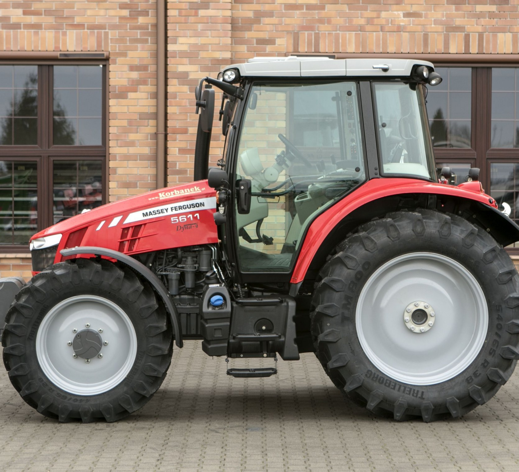 oferta ze strony korbanek.pl na traktor Massey Ferguson 5611 bok maszyny
