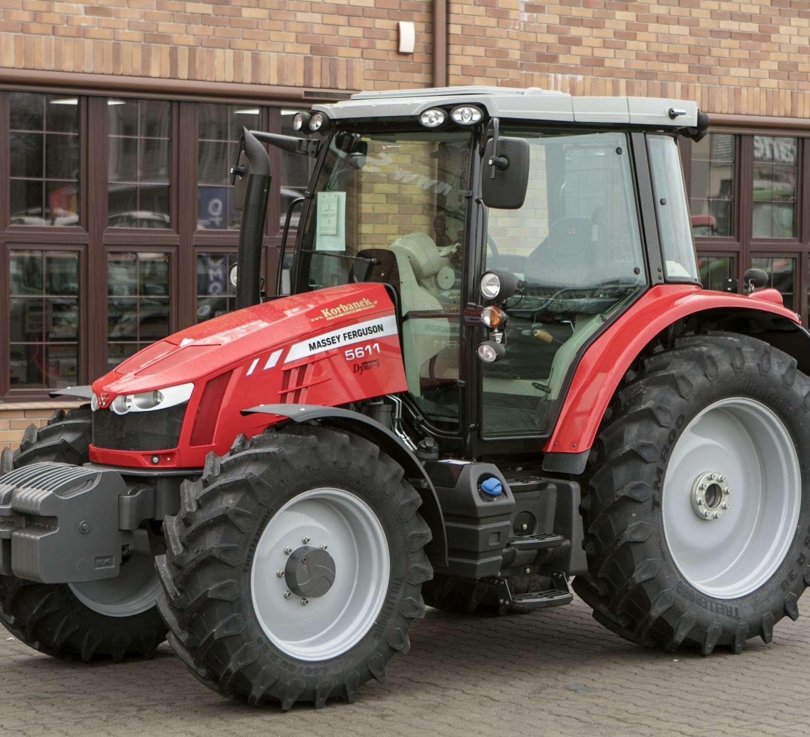 MF 5611 na tle sklepu korbanek zdjęcie całego traktora