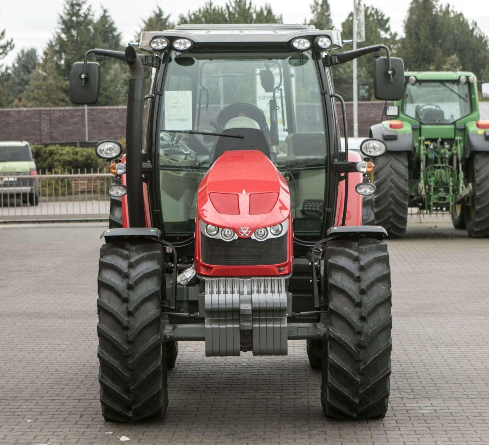 Frontowy widok na ciągnik rolniczy Massey Ferguson model 5611 z oferty korbanek.pl z obciążnikiem czołowym