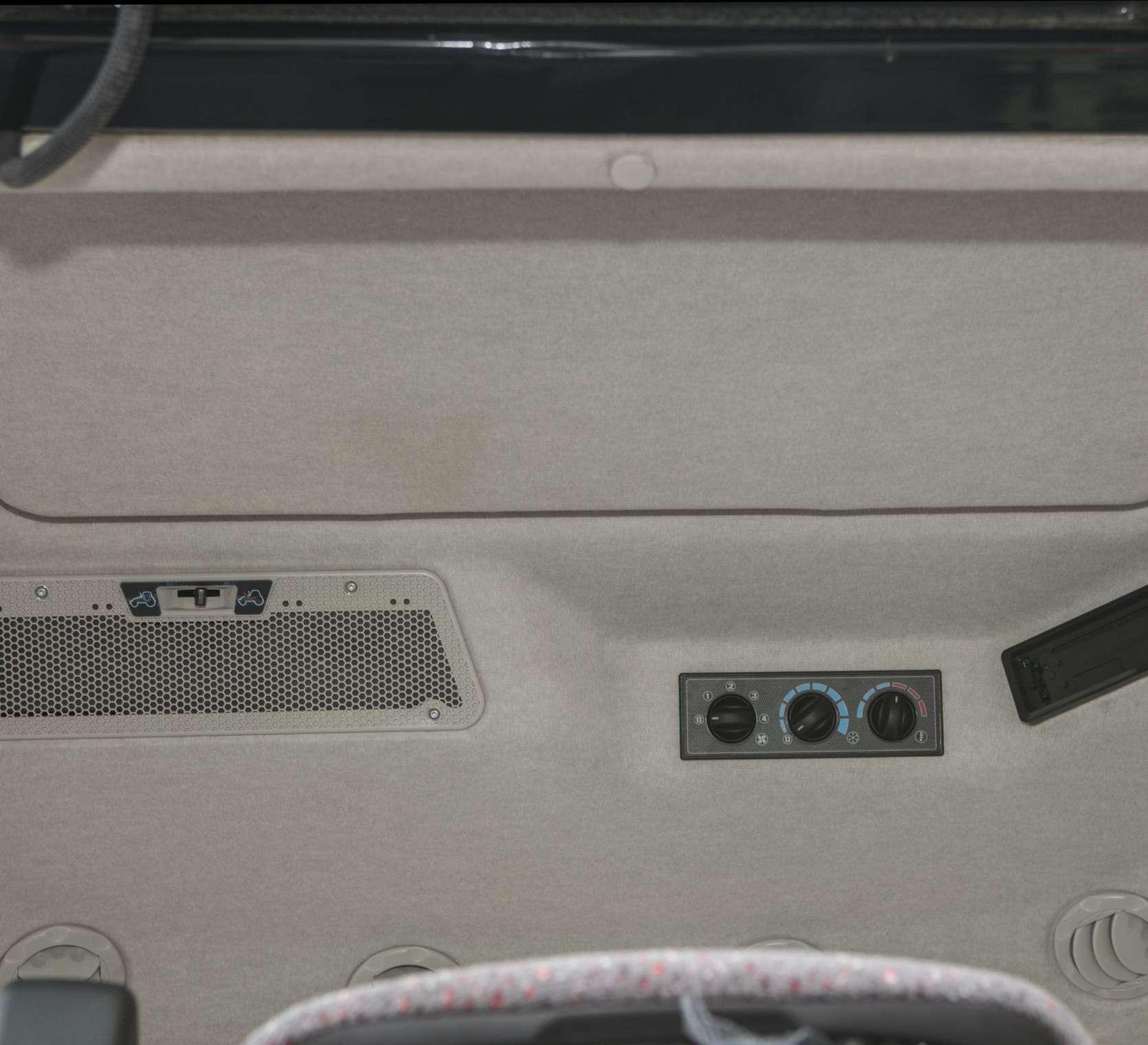 Wentylacja klimatyzacja i ogrzewanie w panelu sufitowym ciągnika MF 5611 od korbanek.pl