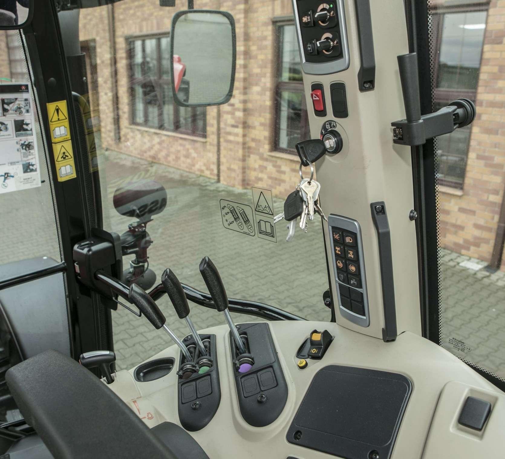 Zdjęcie na panel sterujący na słupku w kabinie MF 5611 z oferty korbanek.pl