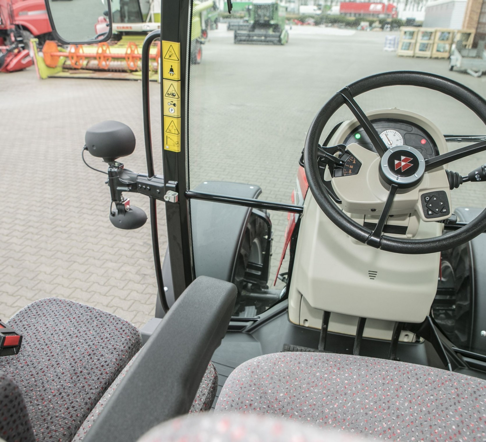 Zdjęcie po ukosie kolumny kierowniczej przedniej szyby oraz widoku patrząc w bok z kabiny MF 5611