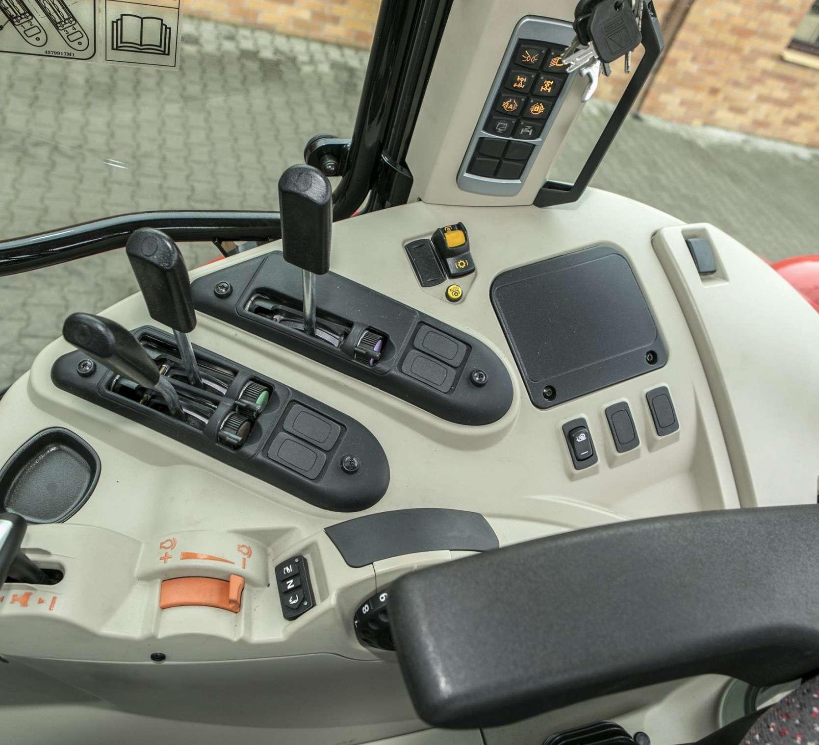 Przybliżenie na dźwignie sterujące w kabinie traktora Massey Ferguson 5611 od korbanka