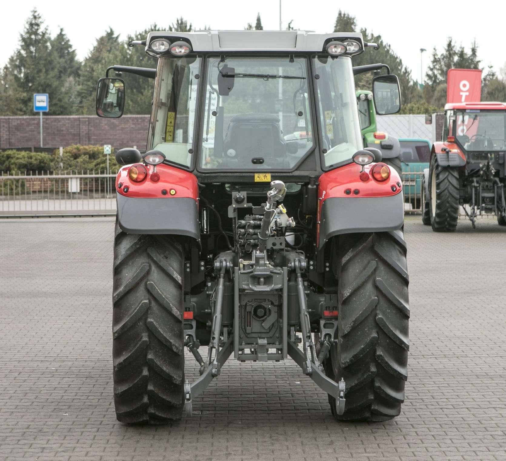 Tył traktora widoczny podnośnik MF model 5611