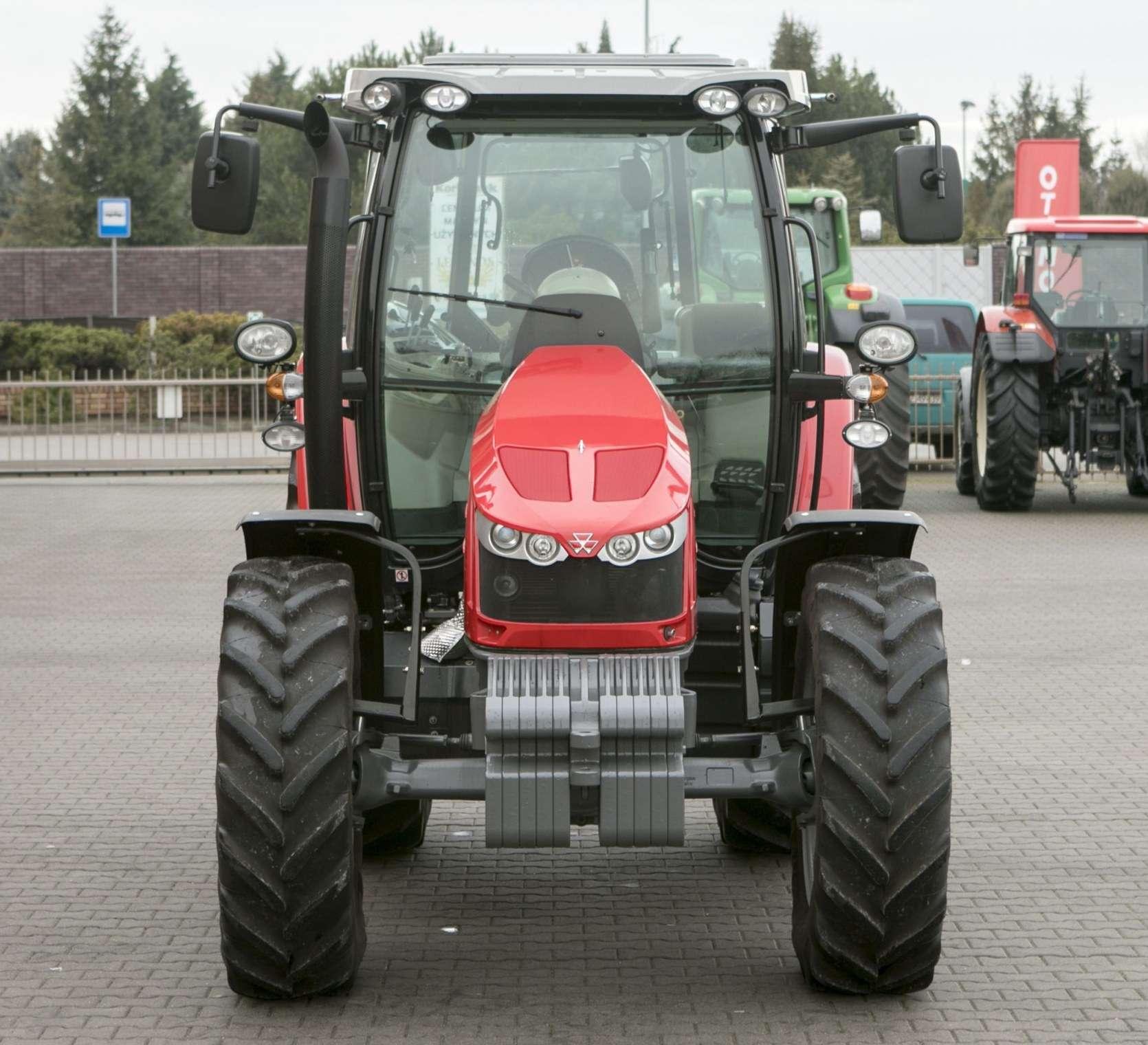 Przód traktora MF 5611 widoczny obciążnik segmentowy