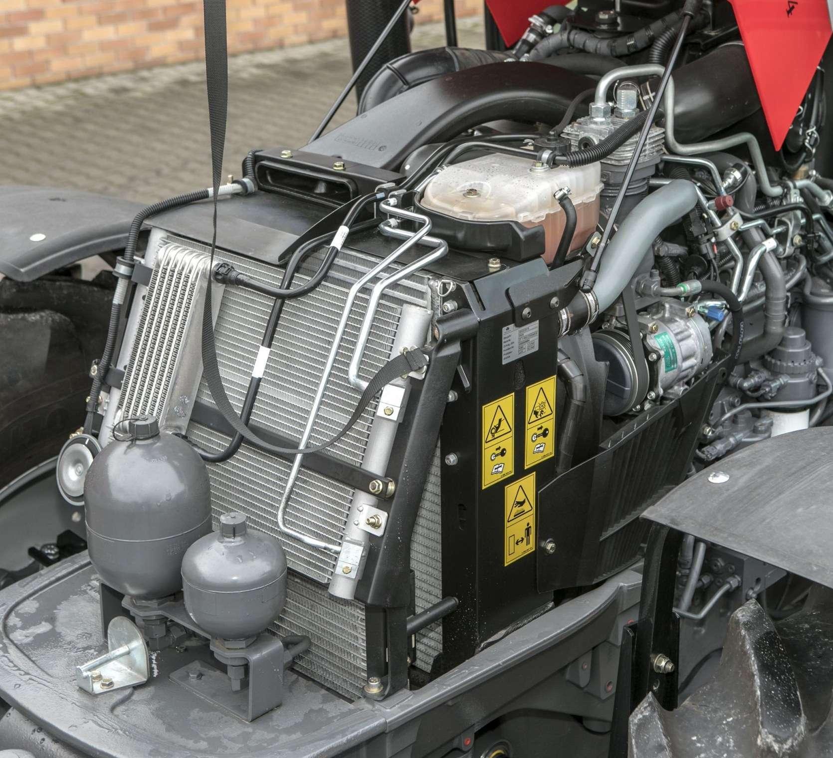 Przybliżenie na silnik w ciągniku rolniczym MF model 5611