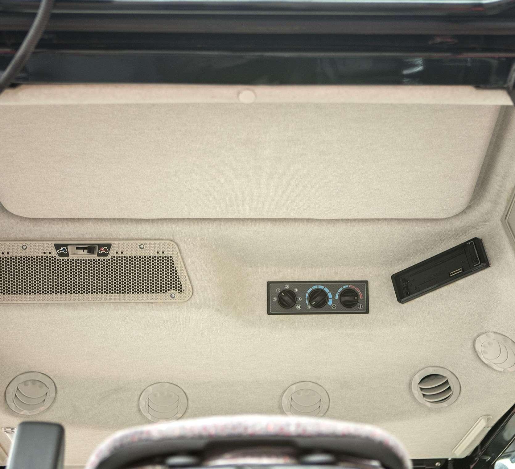 Wentylator ogrzewanie i klimatyzacja umieszczone w panelu sufitowym ciągnika rolniczego MF 5611 z oferty korbanek.pl