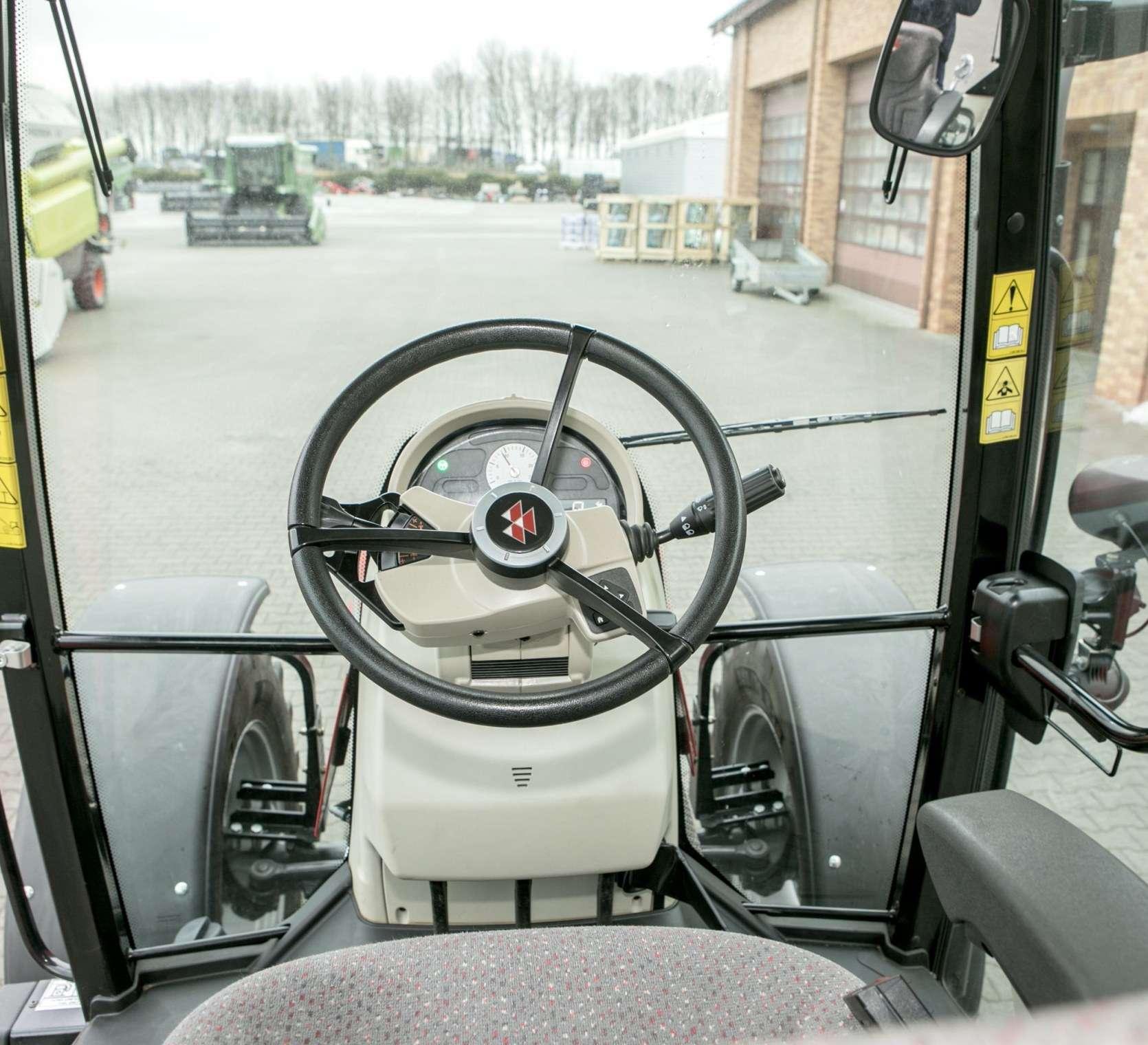 Wnętrze kabiny z kolumną kierowniczą i widok z przedniej szyby w traktorze Massey Ferguson 5611