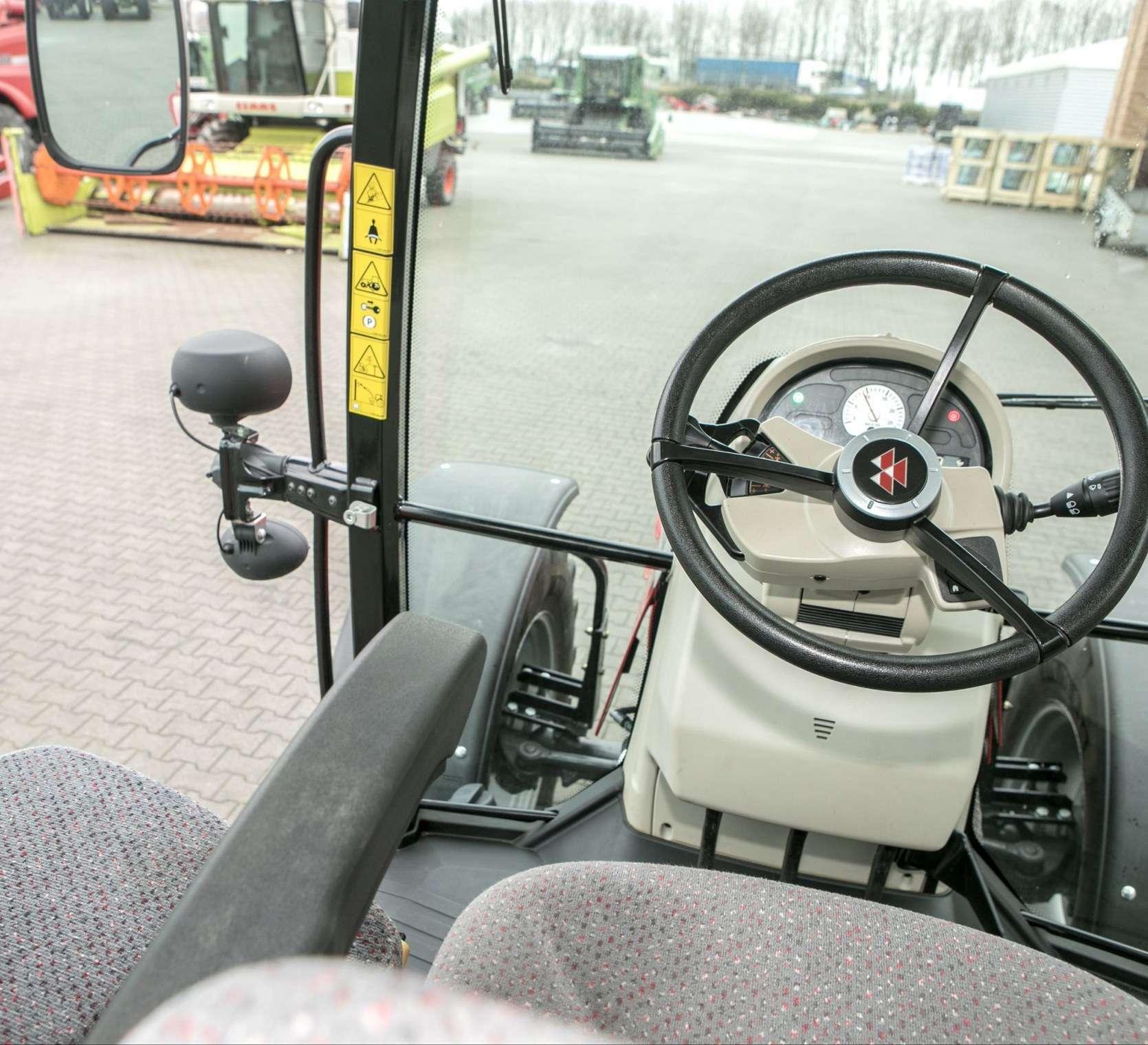 Kolumna kierownicza oraz widok patrząc w bok z kabiny MF 5611 z oferty korbanek.pl