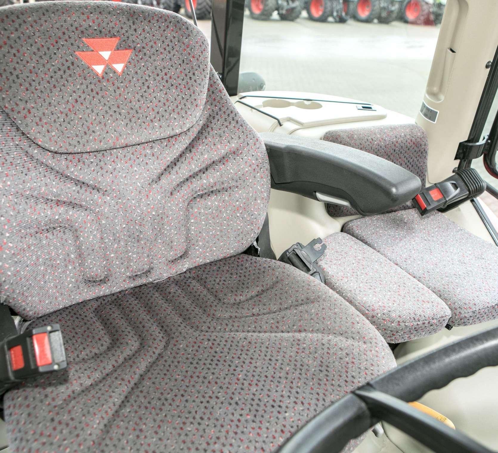 Wygodny i przestronny fotel operatora obok siedzisko pasażera w kabinie Massey Ferguson 5611 od korbanek.pl
