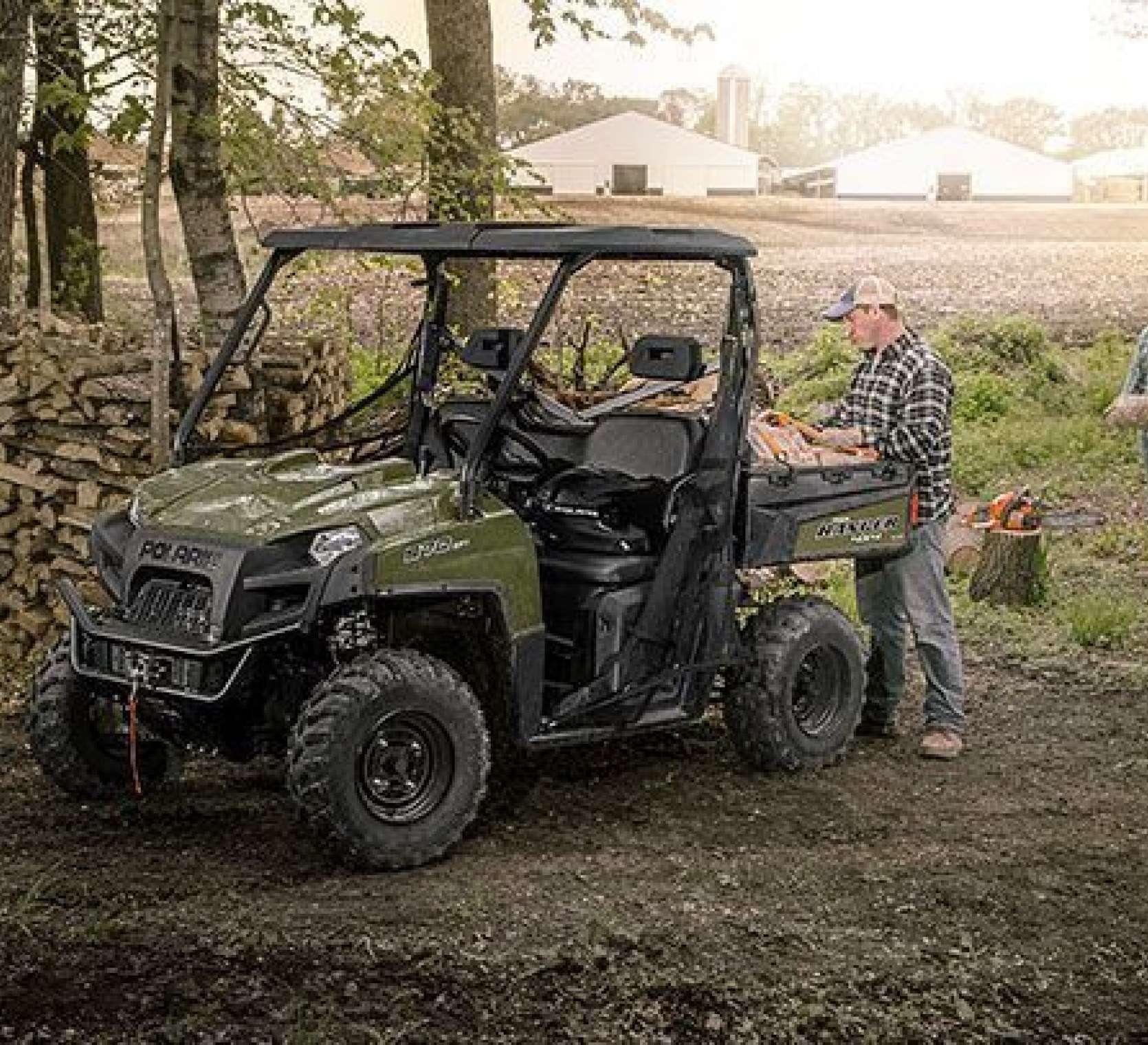 zielony quad Polaris Ranger 570 EPS przy załadunku drewna w lesie