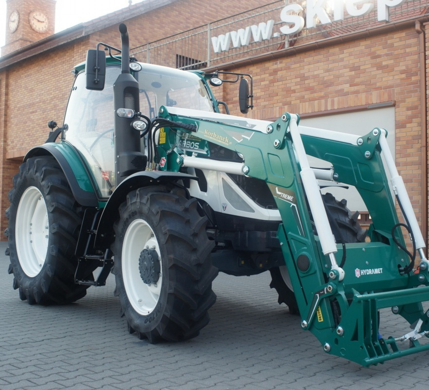 traktor arbos pokazany z profilu z zamontowanym ladowaczem