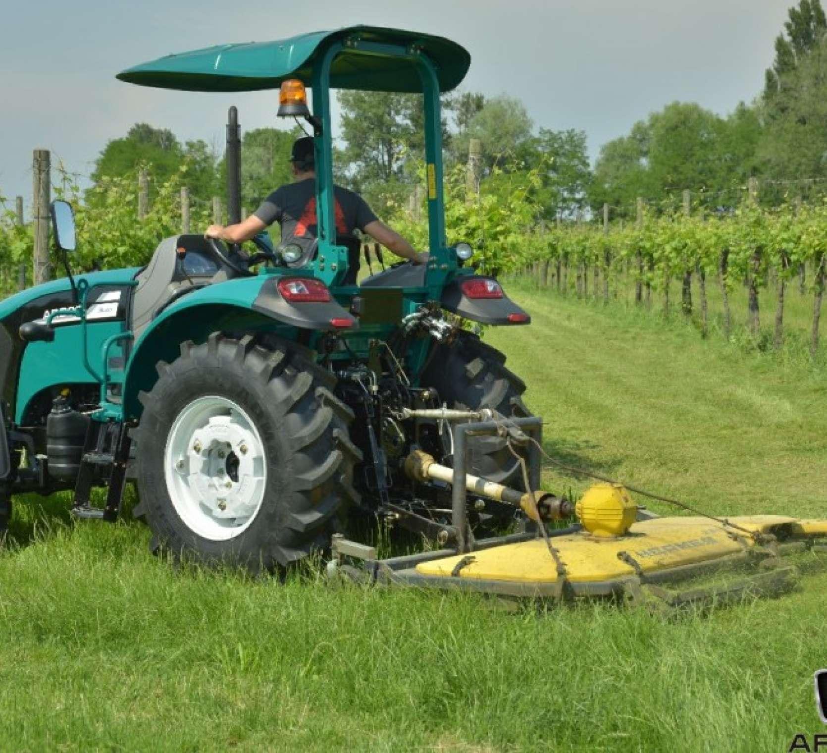 Ciągnik Arbos 3055 w wersji platformowej to niezawodny traktor do prac komunalnych