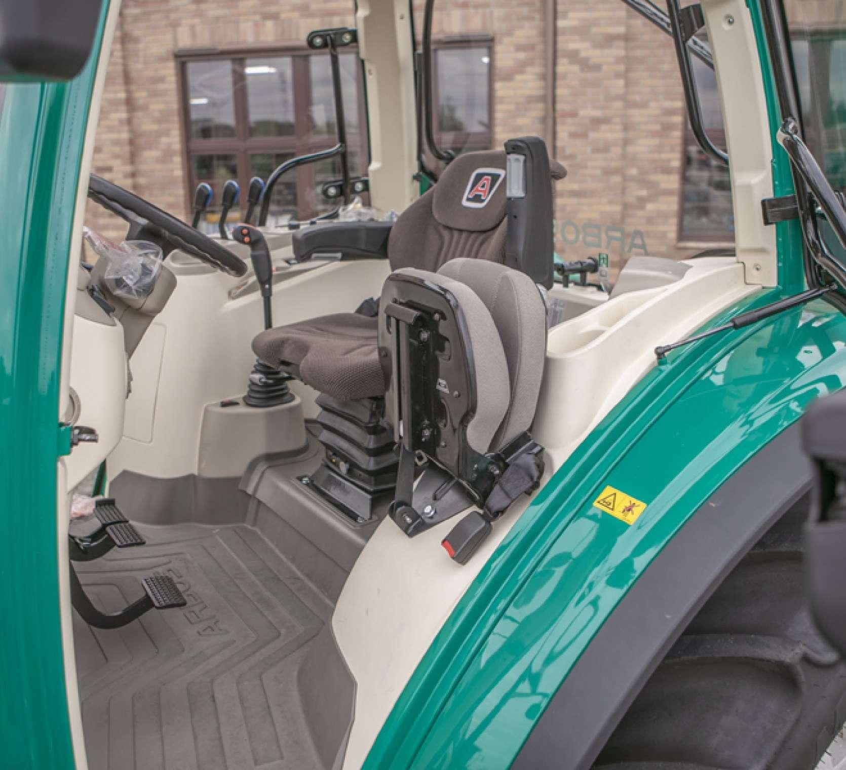 Wnętrze kabiny Arbos 5115 Advanced fotel operatora i kierownica