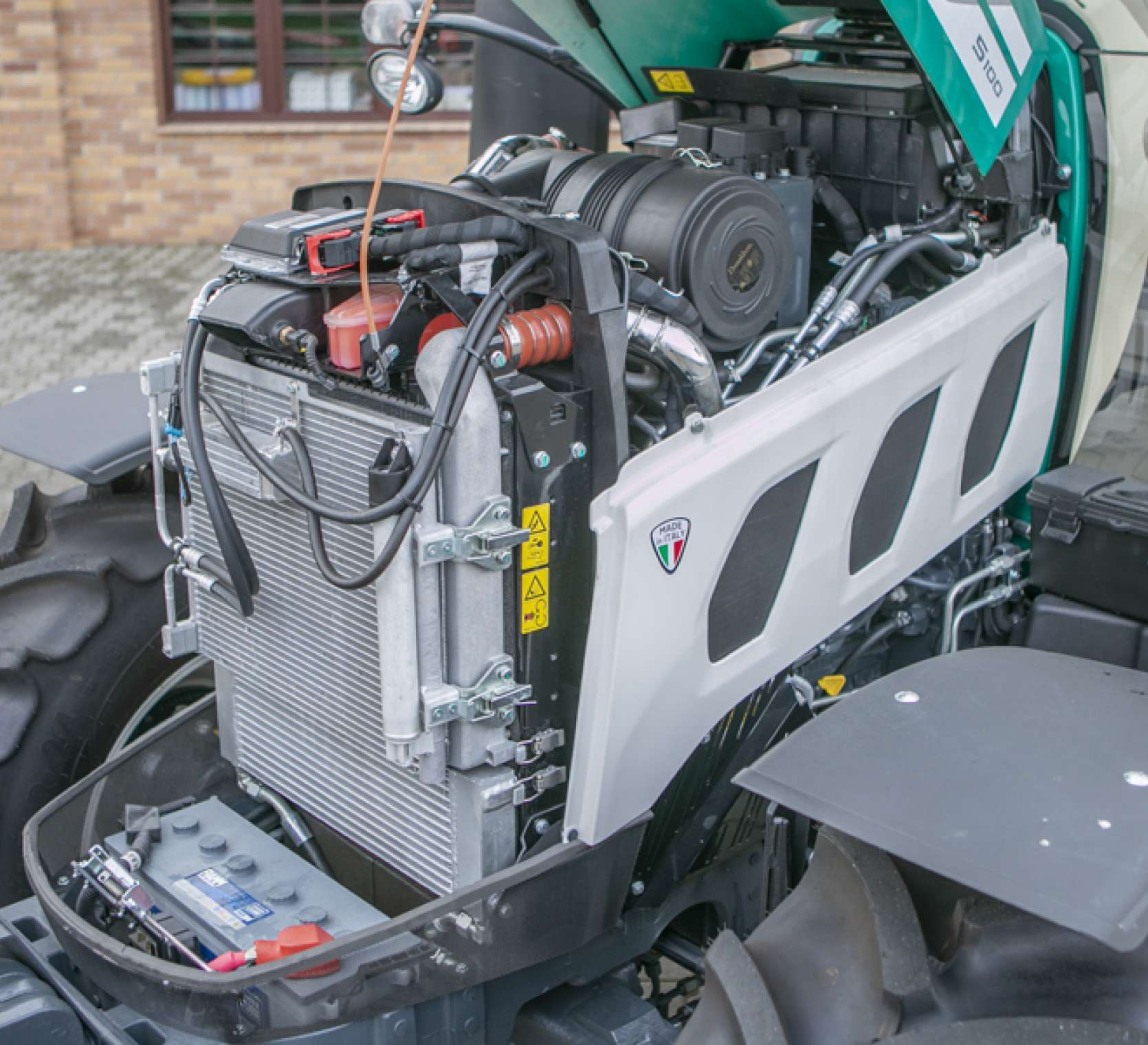 Silnik Kohler i akumulator pod maską arbos 5115 advanced