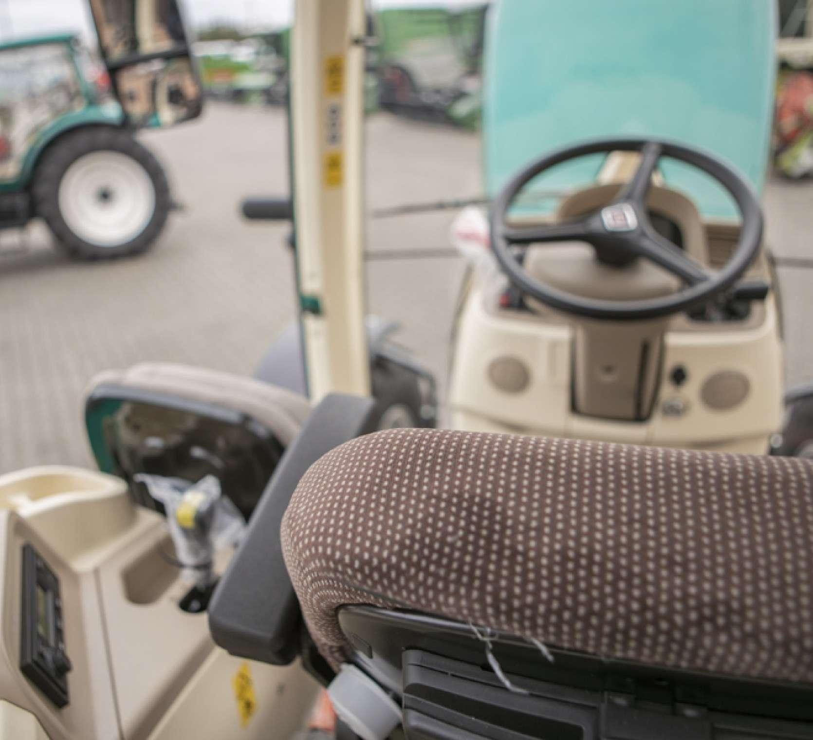Widok zza fotela operatora w traktorze Arbos 5130 Advanced