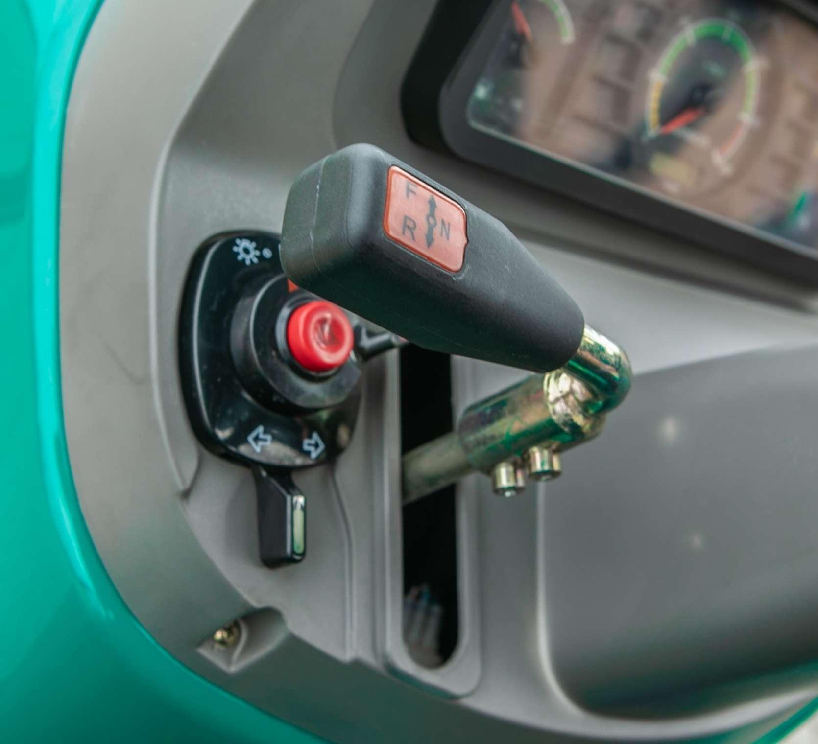Dźwignia zmiany biegów w traktorze 2025 Arbos.