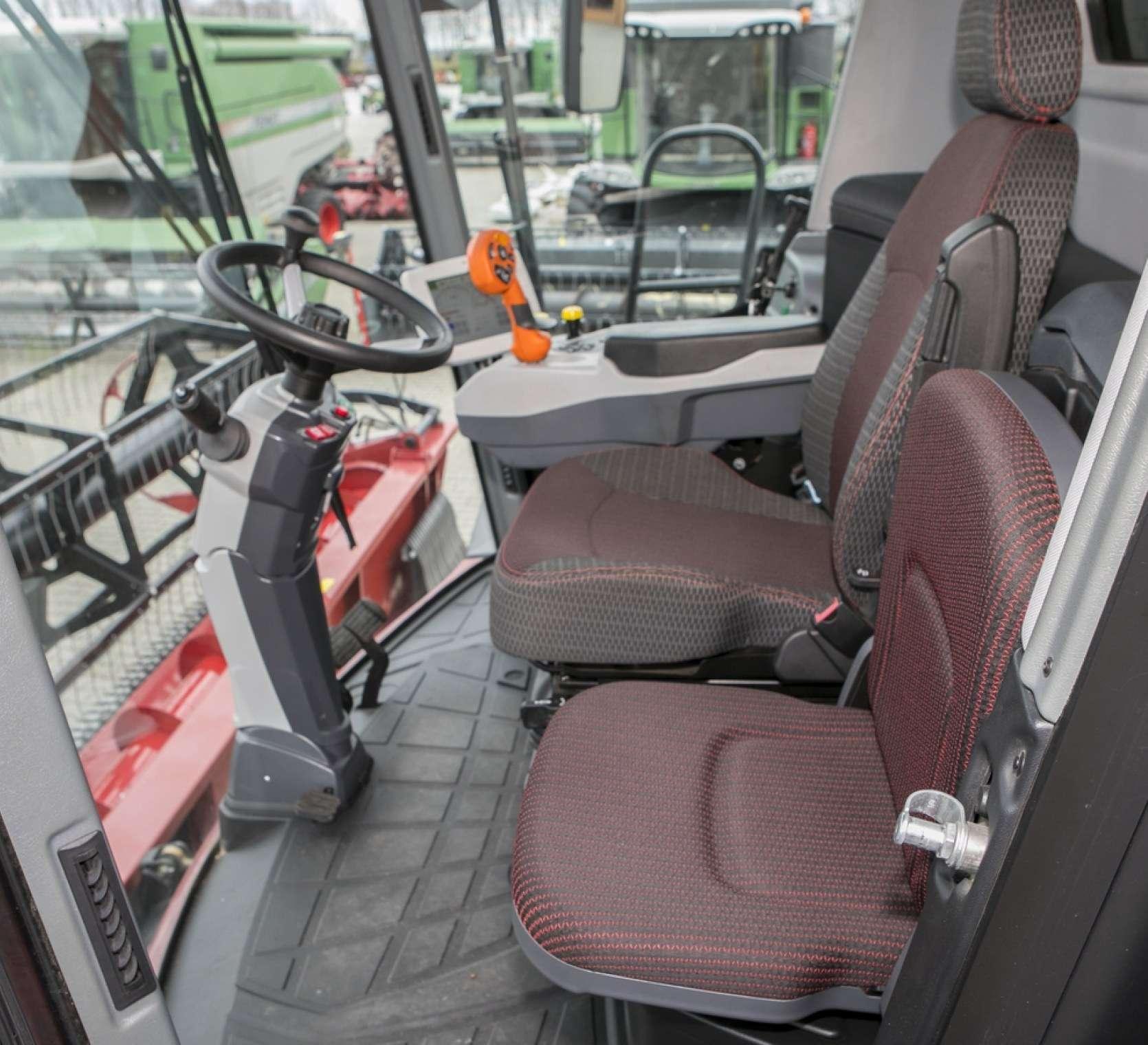 Fotel pasażera i fotel kierowcy w kombajnie Rostslemash Torum.