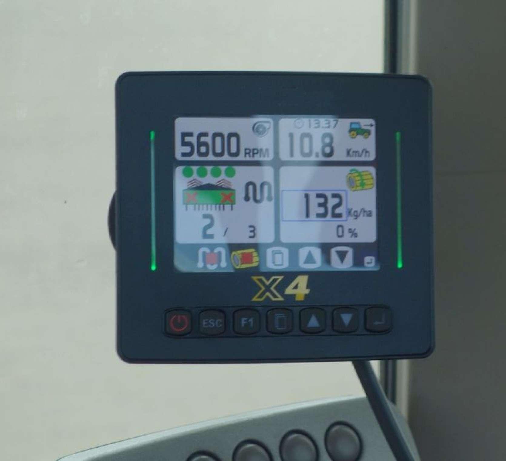 Konsola elektroniczna X4 kontrolująca pracę siewnika, z odczytami