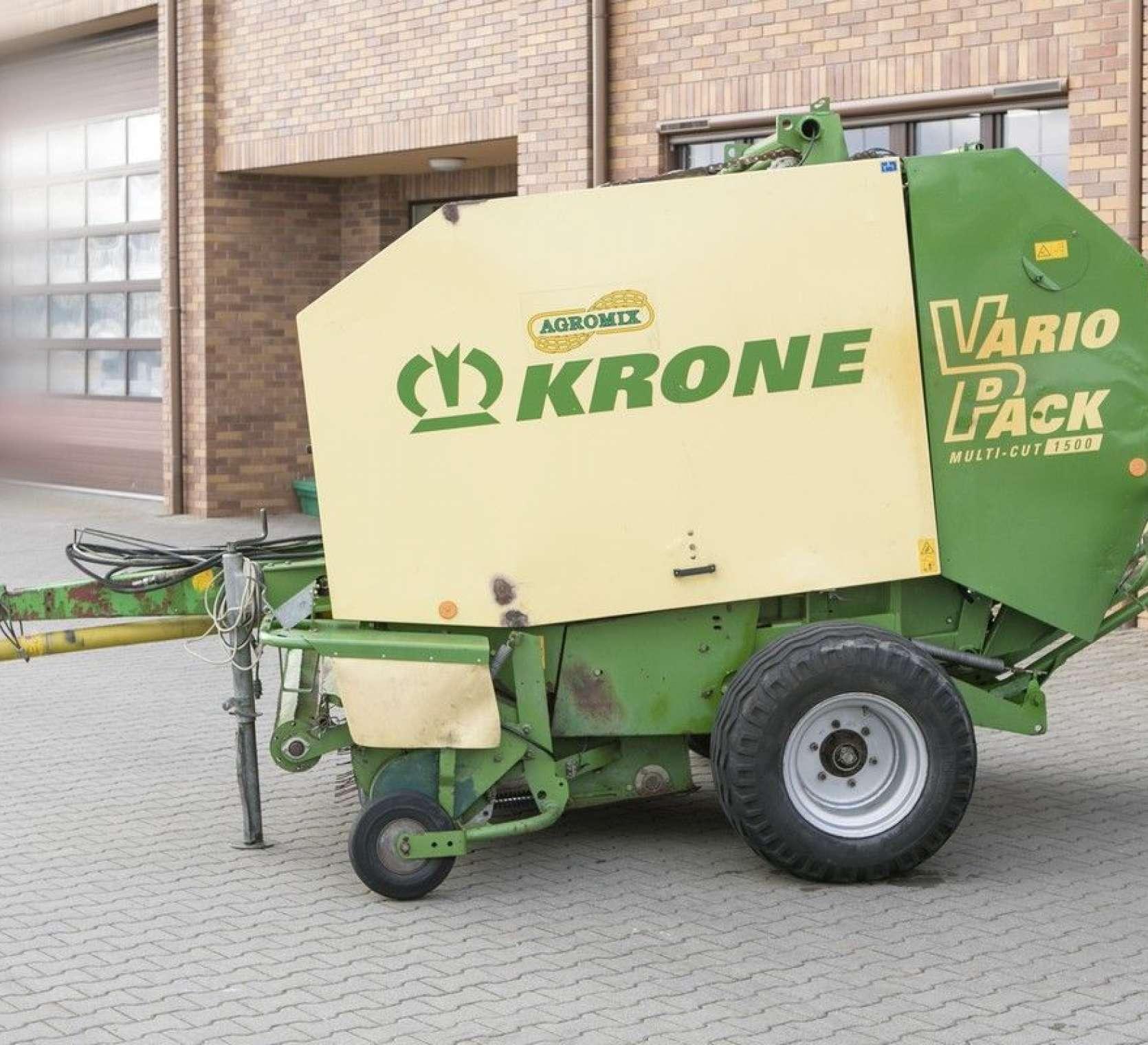 Prasa zwijająca Krone Vario Pack 1500 Multi Cut - koła podporowe podbieracza