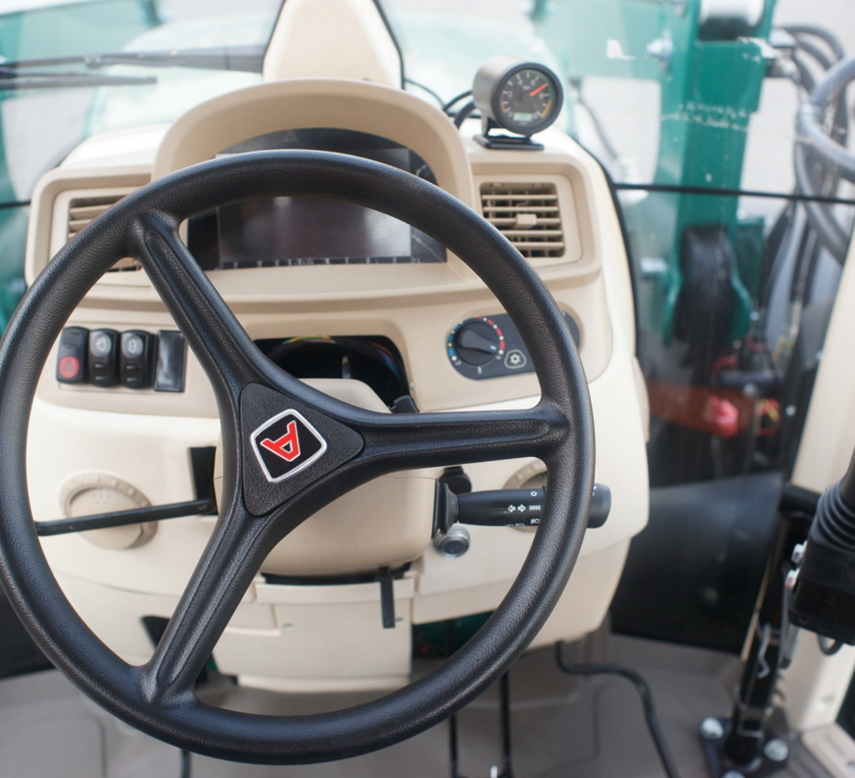 kierownica maszyny rolniczej arbos logo firmy przedstawione jako sama literka A deska rozdzielcza przednia szyba