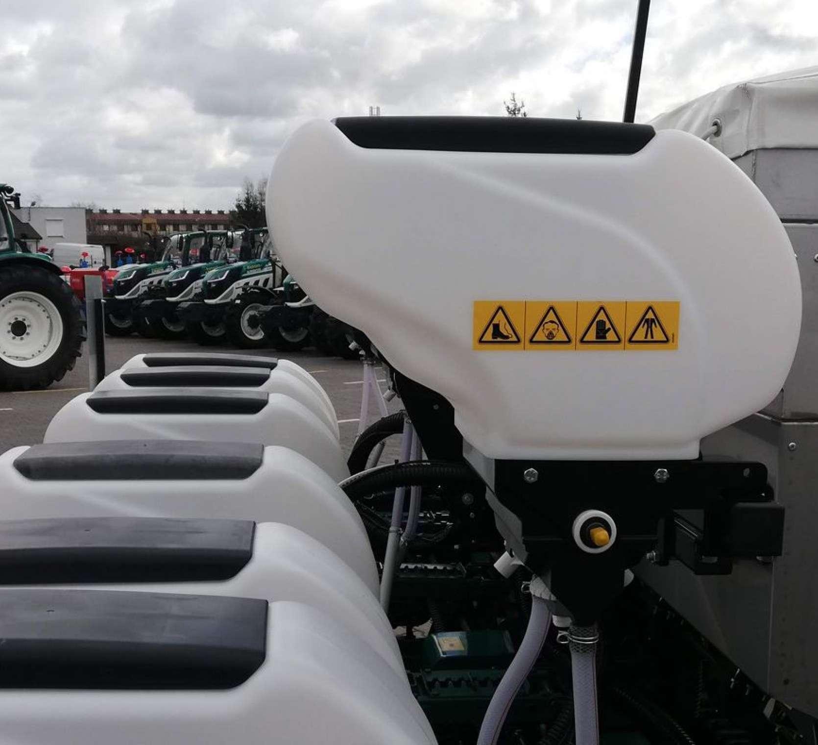 Zbiorniki aplikatora do mikrogranulatów siewnika punktowego do kukurydzy z podsiewaczem nawozu