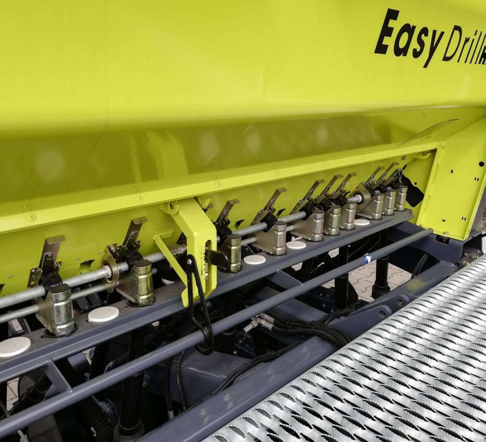 Pomost dostępowy i aparaty kołeczkowe rozdzielające ziarno siewnika Sky Easydrill Fertisem