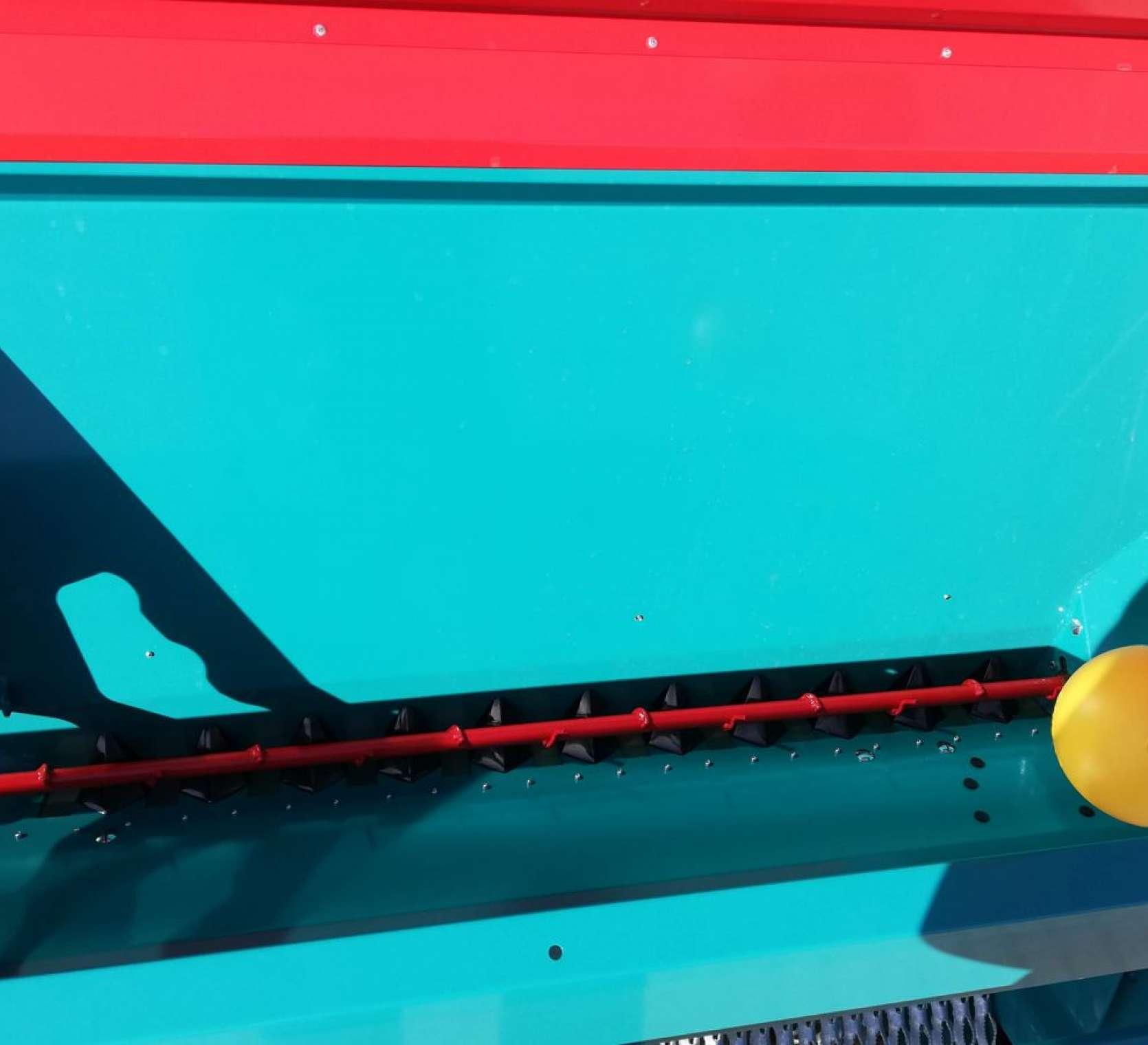 Po prawej żółty pływak do pomiaru poziomu ziarna w zbiorniku