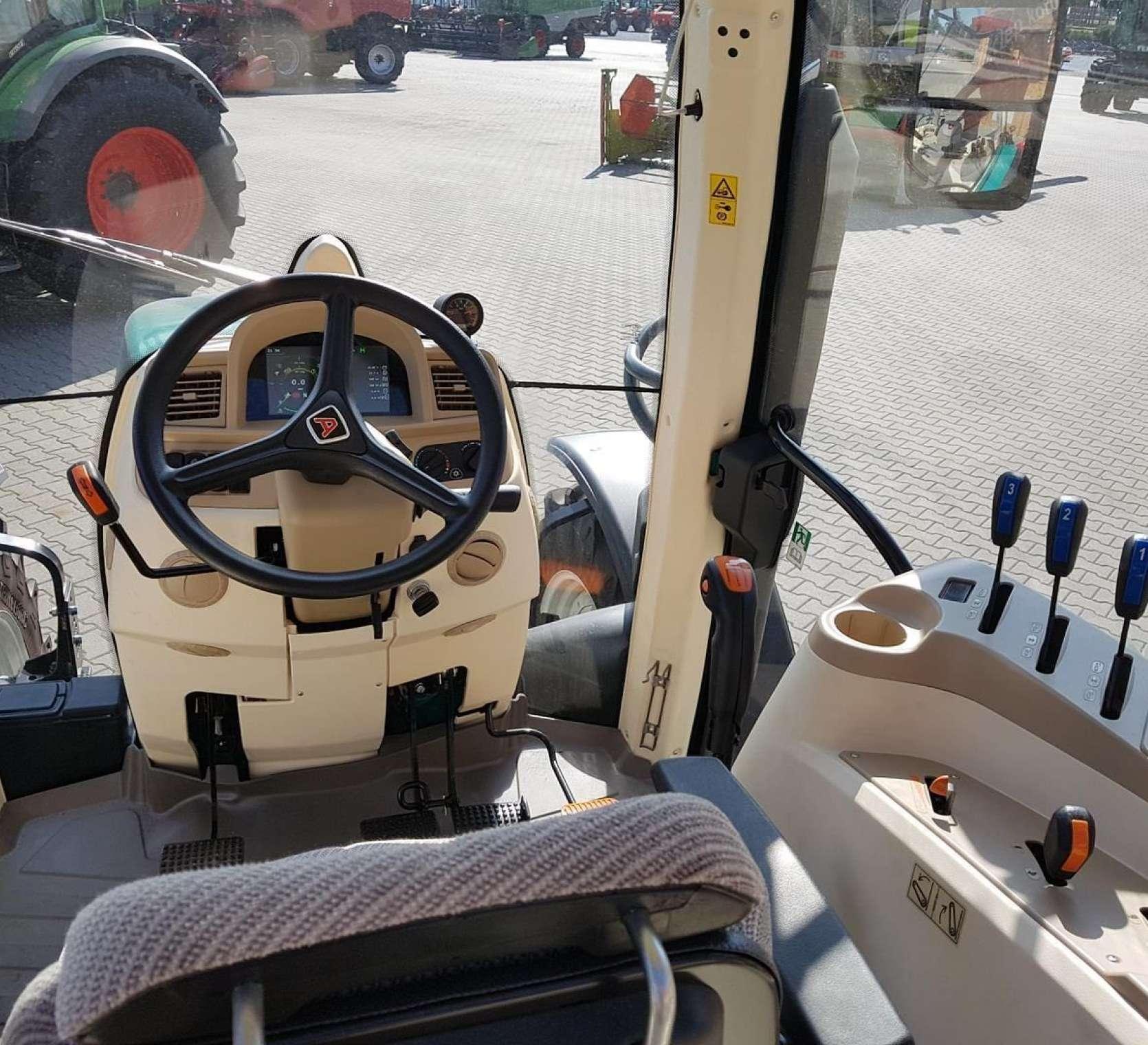 wnetrze kabiny widok na kierownice deske rozdzielcza fotel i wajchy z prawej
