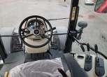 Widok przodu kabiny w traktorze średniego rozmiaru model 5613 Massey Ferguson kolumna kierownicy dźwignie sterowania