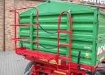 Przyczepa Metaltech DB 10000, skrzynia ładunkowa zielona, rama w kolorze czerwonym, pomost roboczy premium. www.korbanek.pl