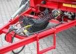 Przyczepa Metaltech DB 10000, skrzynia ładunkowa zielona, rama w kolorze czerwonym, dyszel zaczepowy. www.korbanek.pl