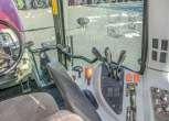 Widok z kabiny na prawą strone dźwignie sterujące fragment kolumny kierowniczej Massey Ferguson 5425 z oferty korbanek.pl