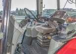 Wnętrze komfortowej kabiny Massey Ferguson 5425 kolumna kierownicza wygodny fotel operatora