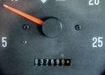 Zbliżenie na czytelny licznik w używanym ciągniku rolniczym Massey Ferguson 5425 od korbanek.pl