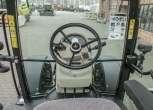 Ujęcie z wnętrza kabiny na kolumnę kierowniczą i przednią szybę w ciągniku rolniczym Massey Ferguson 5611