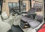 Zdjęcie wnętrza całej komfortowej i nowoczesnej kabiny w traktorze Massey Ferguson 5611 z oferty korbanek.pl
