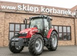 Zdjęcie całej sylwetki traktora MF 5611 z oferty korbanek.pl