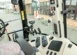 Bok kabiny z dźwigniami sterującymi oraz panelem sterującym na słupku w ciągniku rolniczym Massey Ferguson 5611  z oferty korbanek.pl