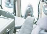 Lewy podłokietnik przy fotelu operatora widok z wnętrza kabiny